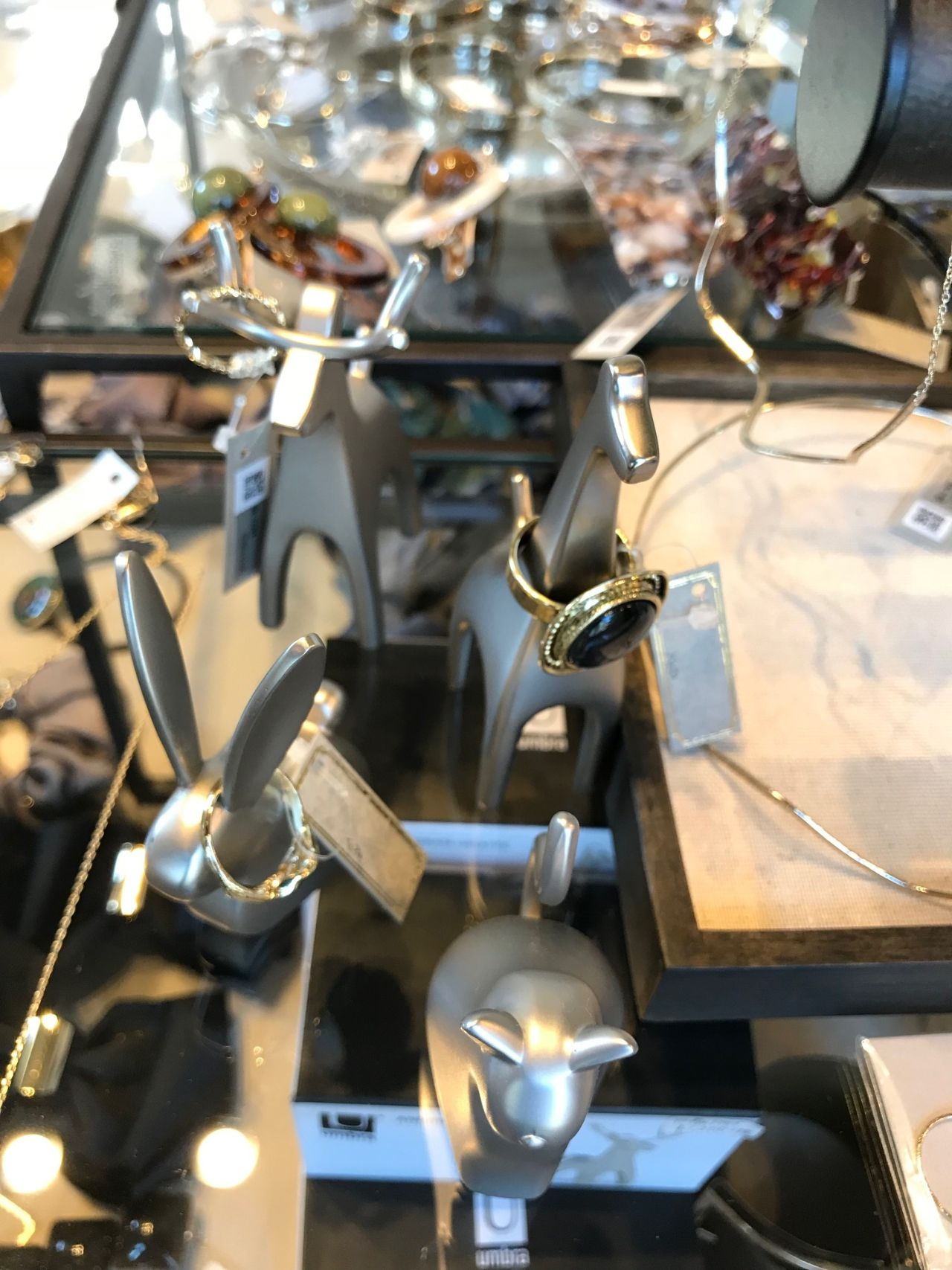 99464ff66d39 アクセサリーも多く扱っているので、Umbraのリングホルダーもリングをかけてあると引き立ちます。