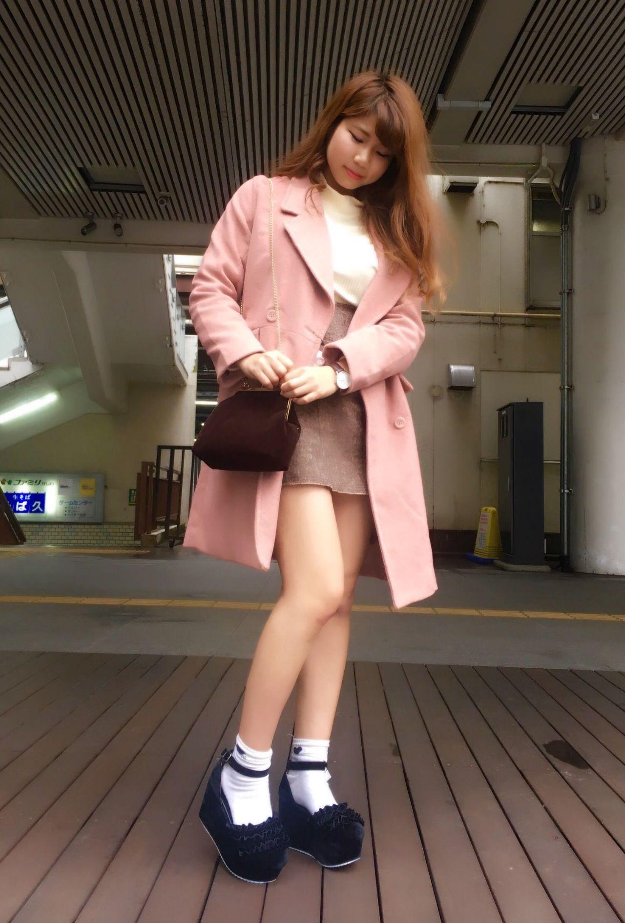 ピンクのチェスターコートにホワイトやブラウンのアイテムを合わせると女の子っぽく着こなすことができます♡