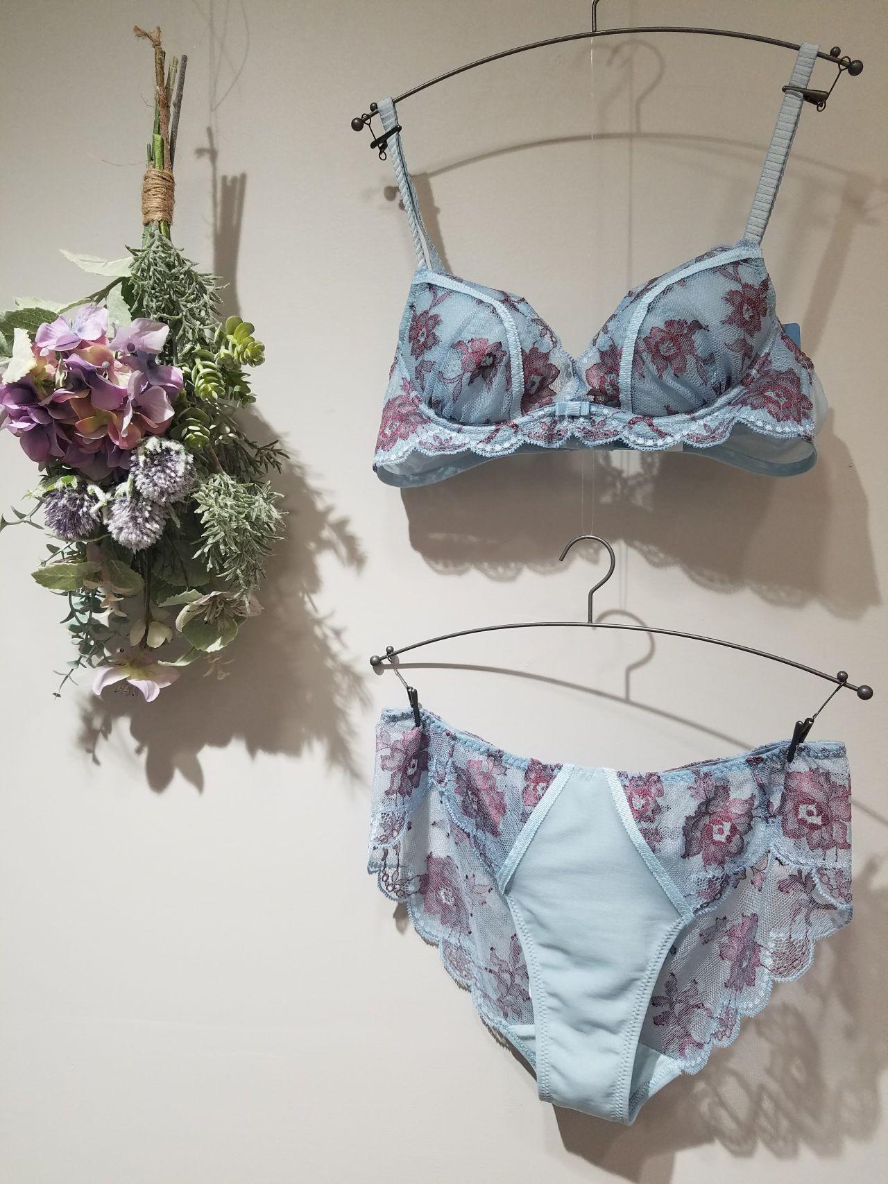 下着コレクション でも、そんな春のファッションの楽しさを倍増させてくれる素敵なコレクションが続々と入荷しております!