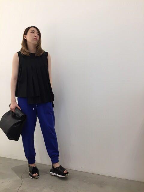 女性が着る青のスウェットパンツ。の写真