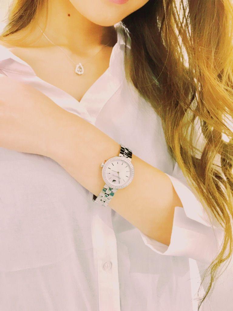 f701ce8780fc 高級クリスタル製造会社、SWAROVSKI【スワロフスキー】が作る時計なだけあって上品で美しいフォルムです。